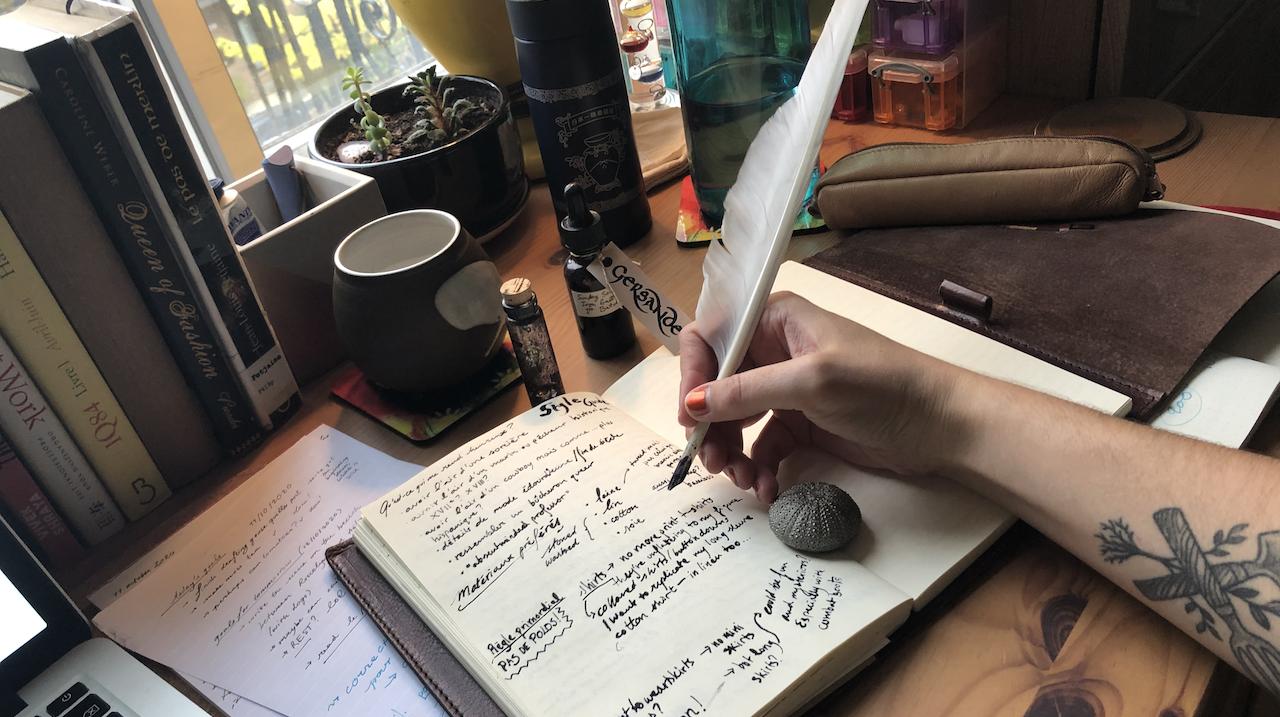 La durabilité des stylos en plastique, des stylos plumes, et des plumes d'oie