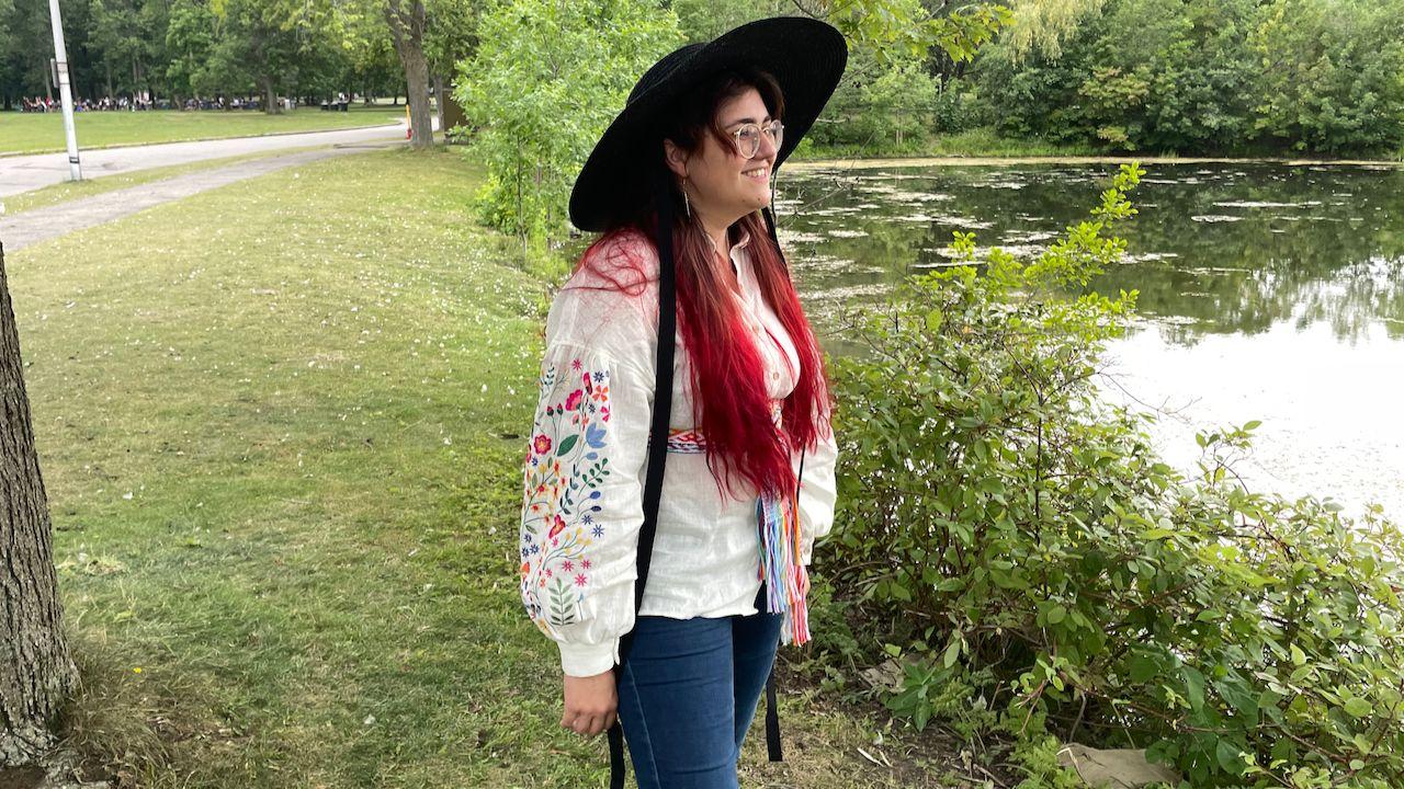 Une photo de moi au parc, devant un étang.